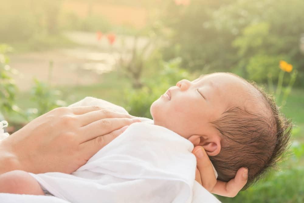 tắm nắng cho trẻ sơ sinh